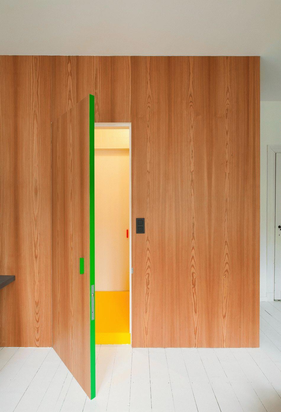 Revêtement sur les portes avec un grain de bois clair
