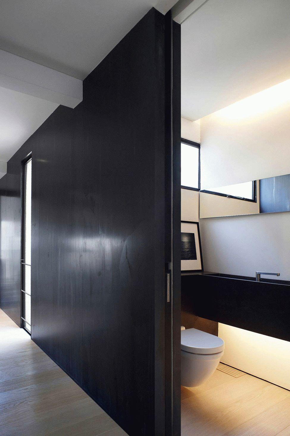 Porte coulissante noire du sol au plafond