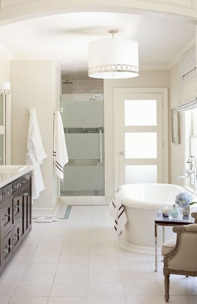 Porte de salle de bain blanche avec inserts mats