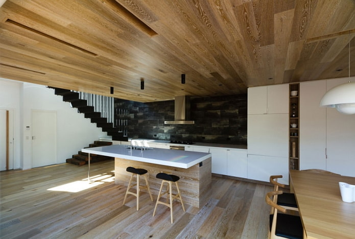 planche de parquet au plafond à l'intérieur de la cuisine