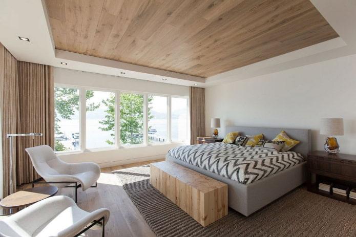 planche de parquet au plafond à l'intérieur de la chambre