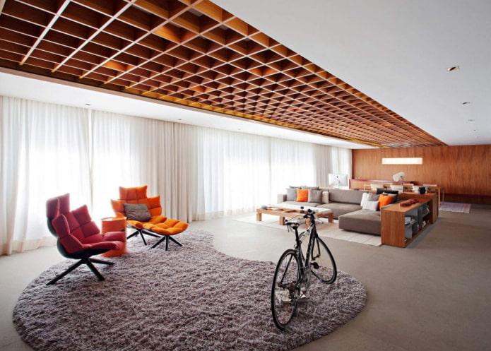 plafond de barres de bois dans le salon