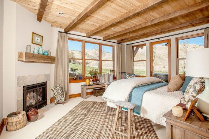 plafond en bois avec poutres dans la chambre