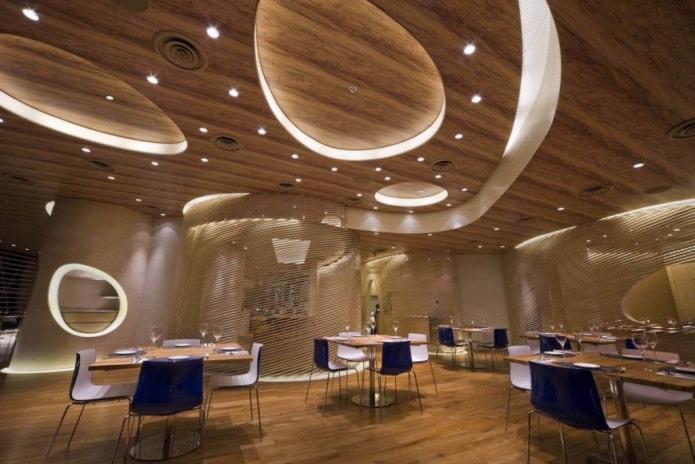structure de plafond en bois à plusieurs niveaux