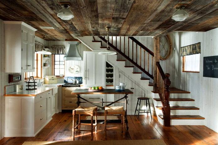 plafond en bois ancien dans la cuisine