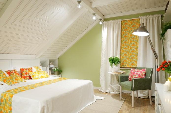 plafond en bois blanc dans la chambre