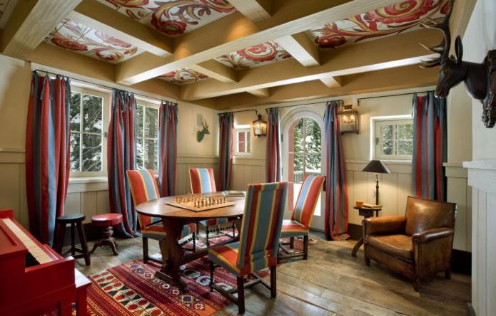 plafond en bois peint dans la salle à manger