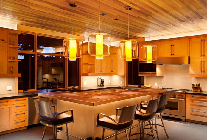 plafond en bois marron dans la cuisine