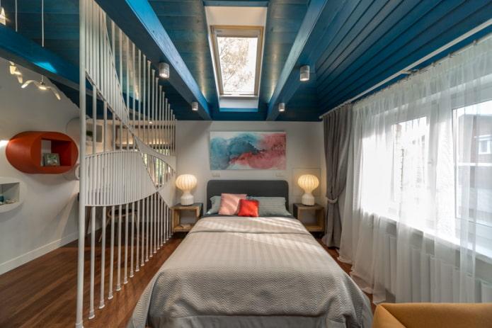plafond en bois dans la chambre