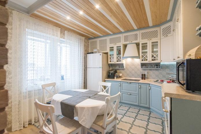 plafond en bois bicolore dans la cuisine