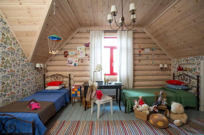 plafond en bois à l'intérieur de la pépinière