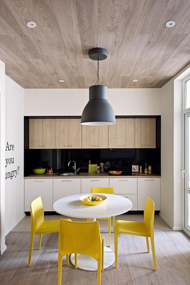 plafond en bois à l'intérieur de la cuisine