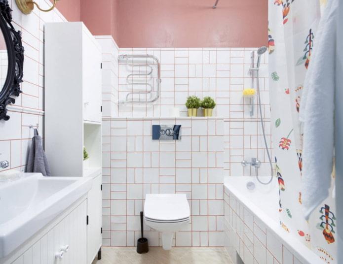 rose à l'intérieur de la salle de bain