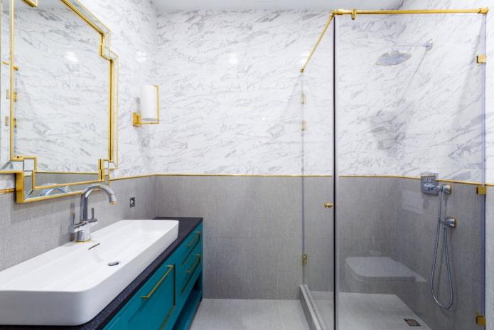 accents dorés dans la salle de bain