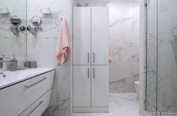murs de marbre dans la salle de bain