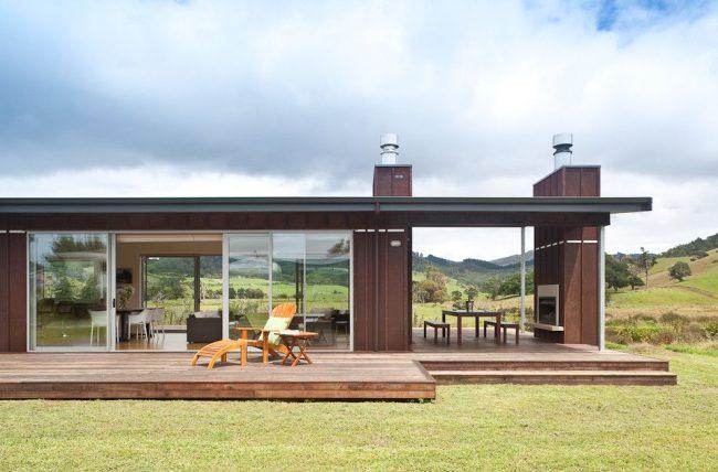 Maison moderne de plain-pied avec deux terrasses.  Le toit commun pour la maison et la terrasse crée une annexe fermée, et une annexe sans toit ou autre auvent est une terrasse ouverte