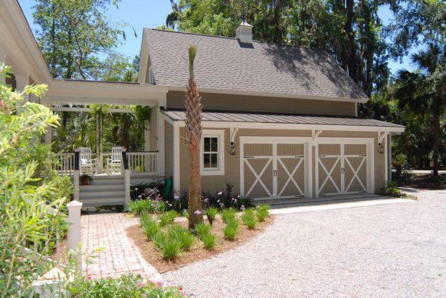 Projet de maison avec une petite terrasse entre la maison et un garage pour deux voitures