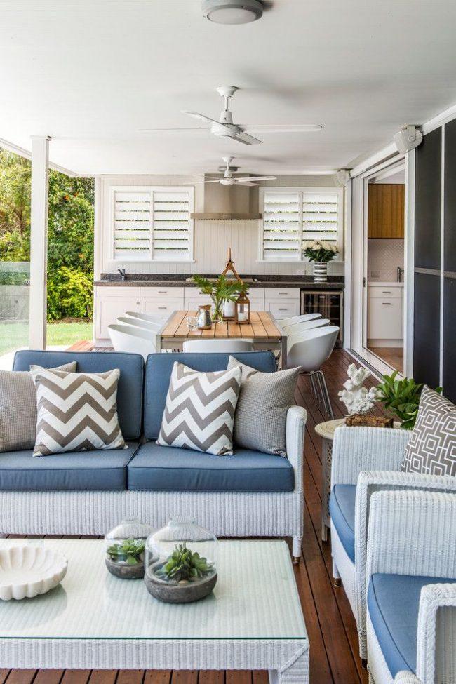 Une terrasse pratique avec trois zones situées dessus.  La première est la zone de travail, la seconde est la salle à manger, la troisième est la zone de loisirs