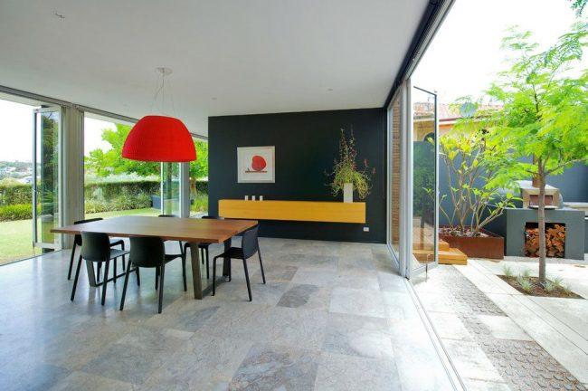 Maison moderne de plain-pied avec terrasse dans la cour.  La conception a été développée et construite selon le plan individuel de toute une équipe de spécialistes