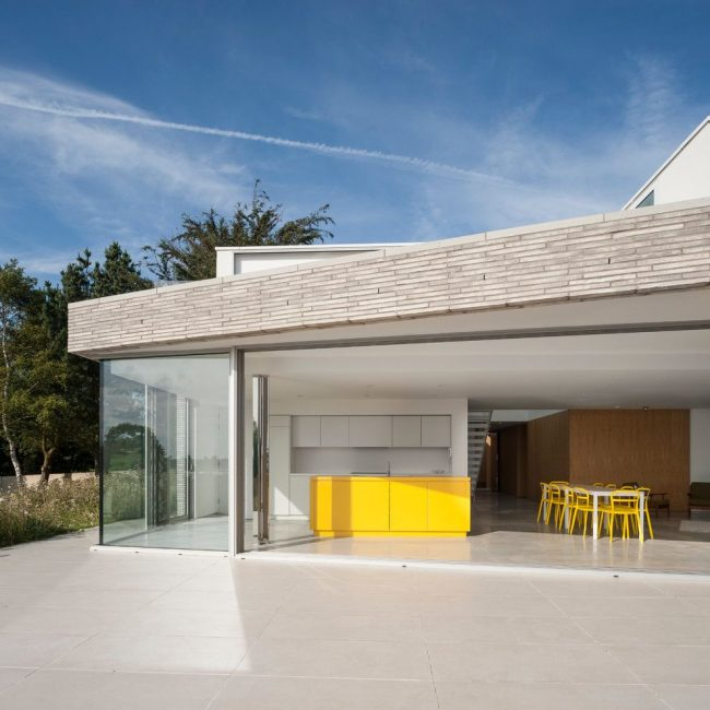 Une idée originale au design laconique : une cuisine en terrasse