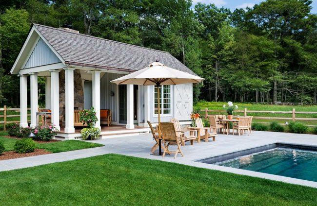 Petite maison de plain-pied avec terrasse et piscine de style traditionnel américain
