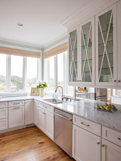 Le dosseret en miroir et la lumière du jour créent une impression d'absence de frontières dans l'espace de la cuisine