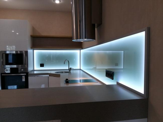 Le style high-tech de la cuisine est complété par un éclairage acrylique froid