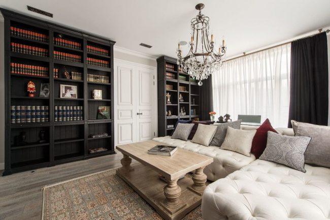 Le blanc dans un salon classique soulève le plafond