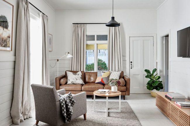 Salon moderne et lumineux avec une petite table basse