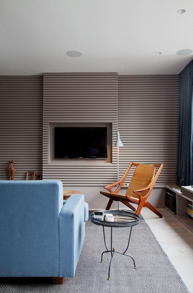 Intérieur de salon moderne avec papier peint gris à rayures horizontales
