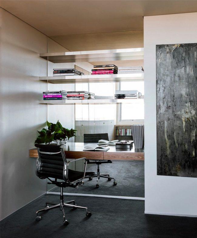 Un mur en miroir dans la zone de travail crée l'effet d'une fenêtre au lieu d'un mur