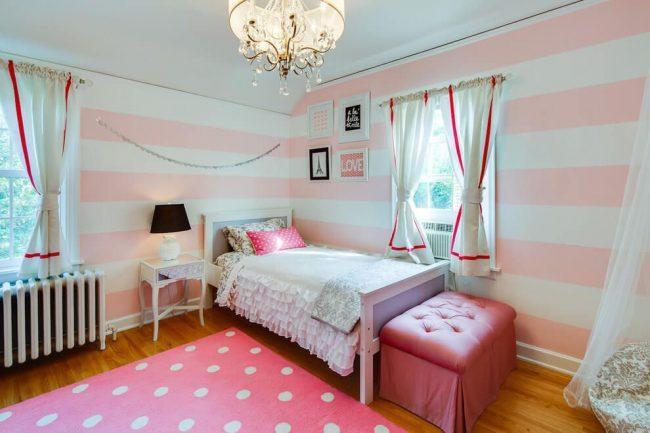 Le papier peint à larges rayures horizontales augmente la surface d'une petite chambre