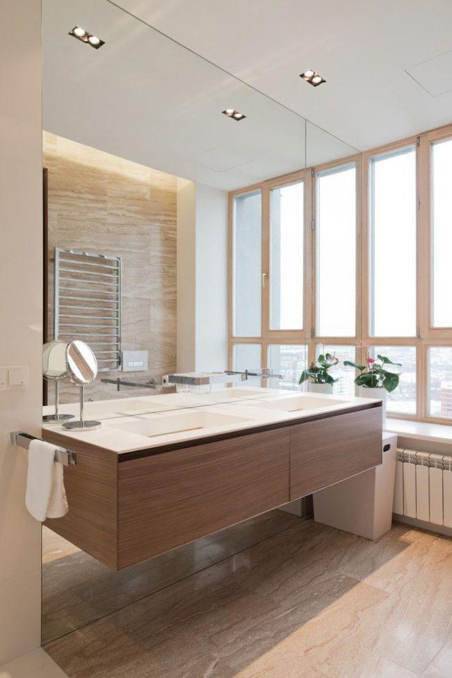 Un grand miroir peut agrandir visuellement même une petite salle de bain