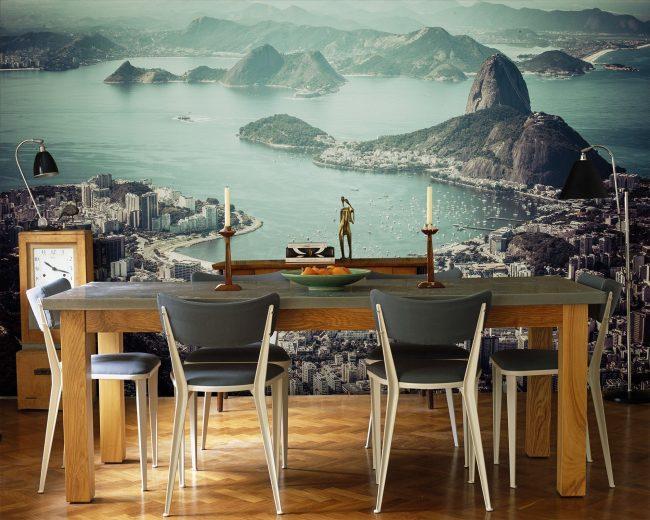 Un beau papier peint dans la salle à manger agrandit l'espace