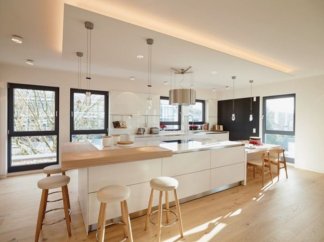 Cuisine moderne lumineuse avec faux plafond et éclairage abondant