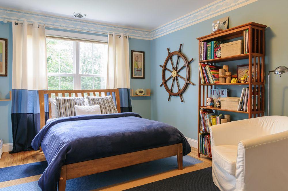 La bordure bleue et blanche agit comme une sorte de lien entre les murs bleus et le plafond blanc