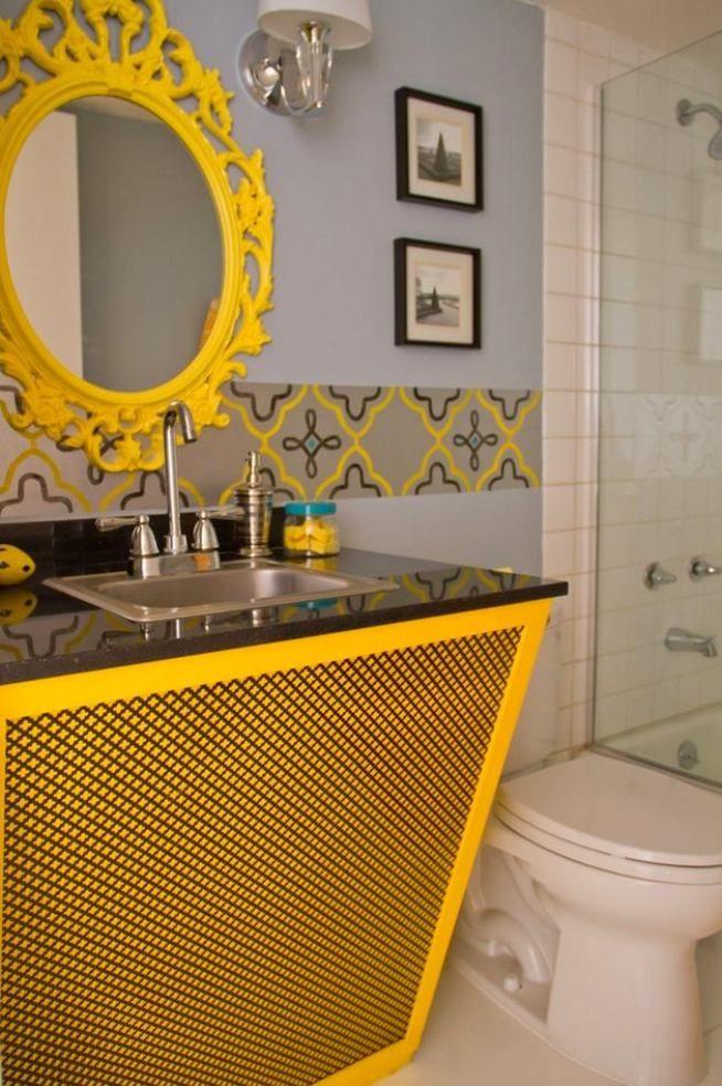 La couleur vive de la bordure fait écho au mobilier jaune de la salle de bain
