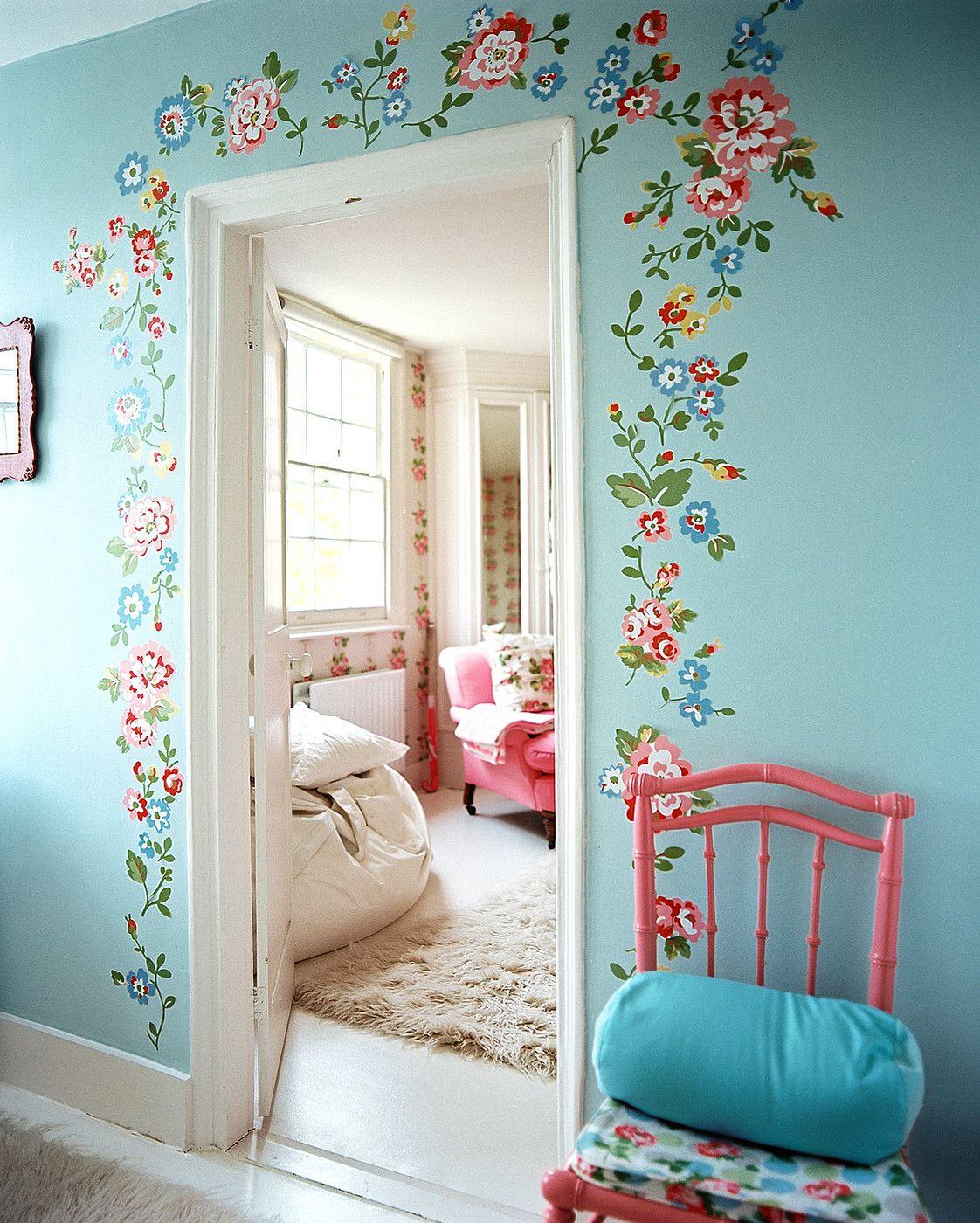 Porte décorée avec goût et douceur dans la chambre