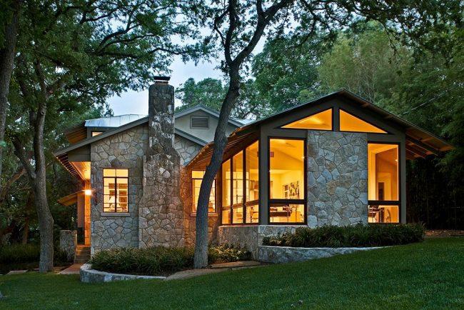 Belle maison de plain-pied gainée de pierre décorative