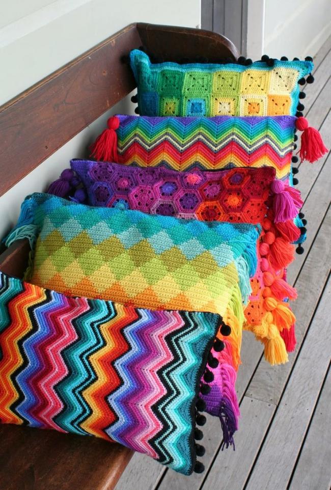 Une taie d'oreiller au crochet brillant donnera à l'intérieur un aspect festif