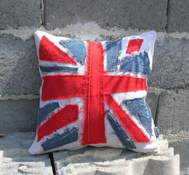 La combinaison de denim et de chintz rouge crée une composition sous la forme du drapeau britannique