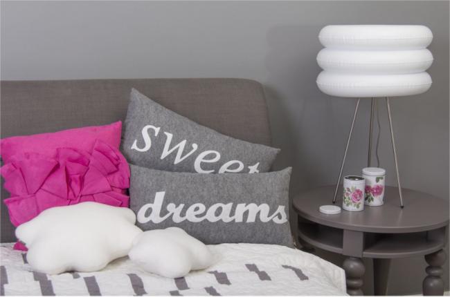 Une variété d'oreillers décoratifs utilisés dans la vie quotidienne