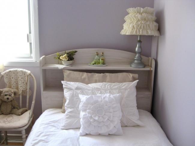 Un bel oreiller avec des bouffées, rembourré de rembourrage en polyester, durera longtemps