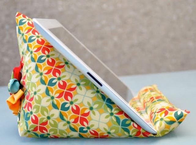 Petit coussin décoratif qui sert de support à la tablette