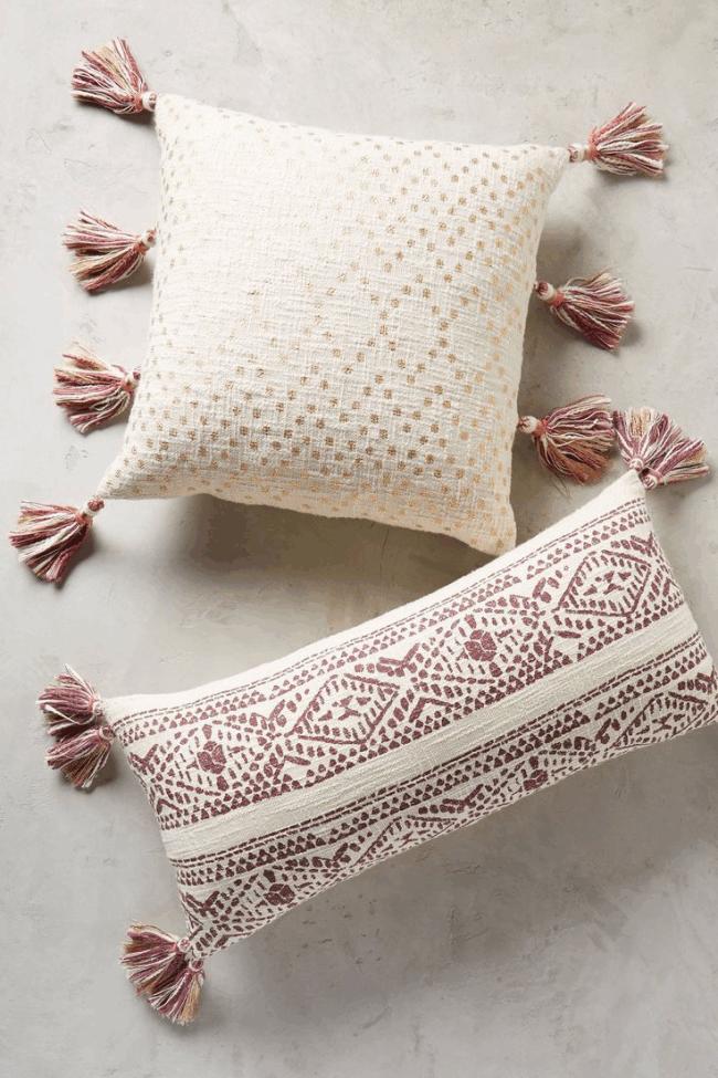 Décorer un coussin de canapé avec des brosses cousues sur les bords