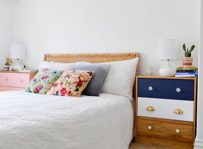 Commodes des deux côtés de la tête de lit
