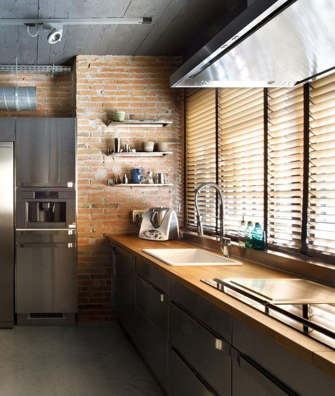 Stores horizontaux dans la cuisine près de la fenêtre