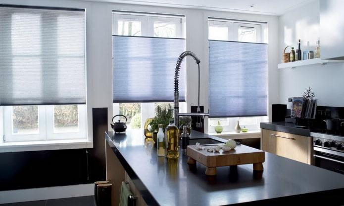 Stores plissés dans une cuisine spacieuse