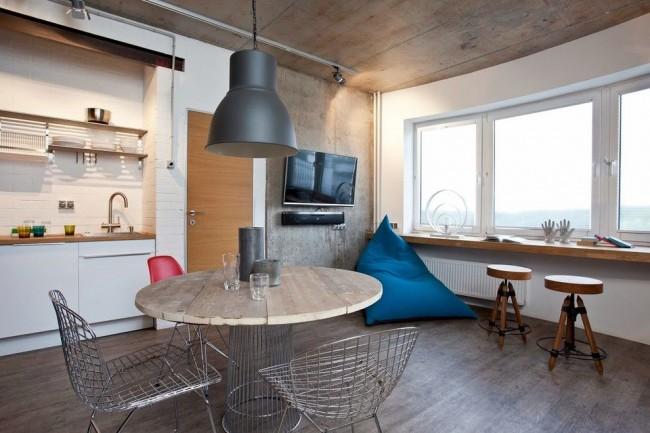 Pouf de forme triangulaire dans une cuisine de style loft