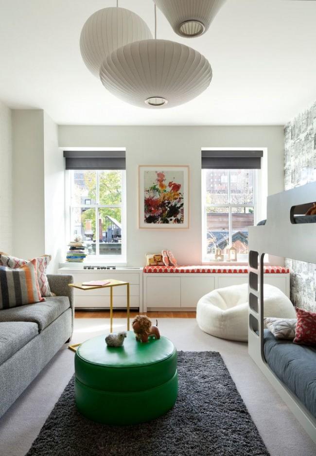 Pouf blanc dans un intérieur moderne